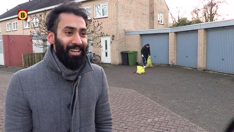 Leden Ahmadiyya Moslim Gemeenschap ruimen vuurwerkrommel in Drunen op