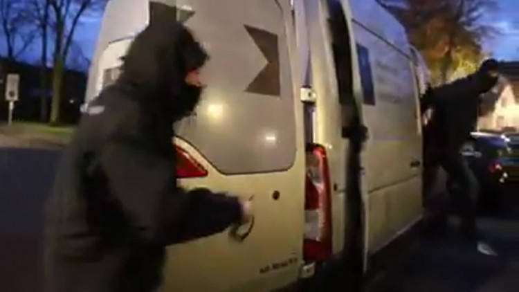Prins carnaval Helmond ontvoerd, 100 liter bier als losgeld gevraagd. Video: Facebook North Side Vak-O.