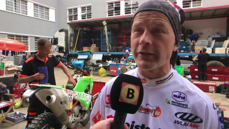 Hoe plassen motorrijders tijdens een Dakar-etappe? Jurgen van den Goorbergh legt het uit