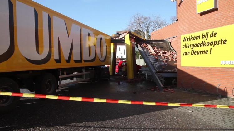 Vrachtwagen rijdt tegen Jumbo in Deurne