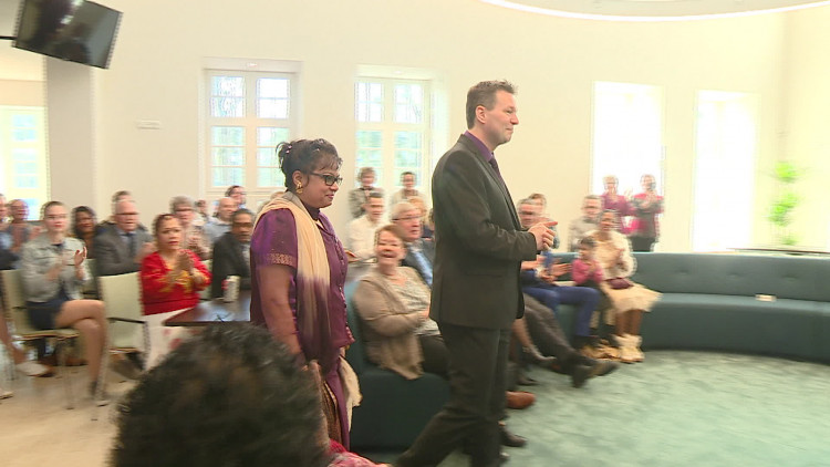 Marcel en Chanda trouwden als eerste in het nieuwe gemeentehuis van Waalre