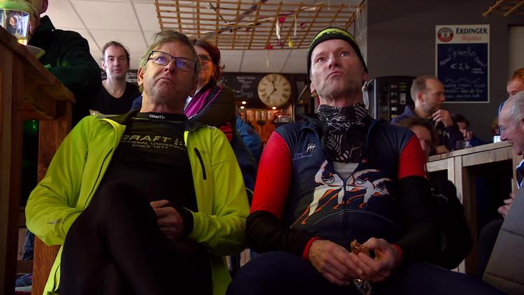 Wüst-fans kijken naar haar 1000 meter op de IJsbaan in Tilburg