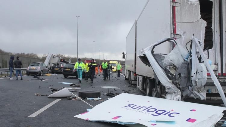 Grote verkeershinder op de A2 bij Best door gekantelde vrachtwagen