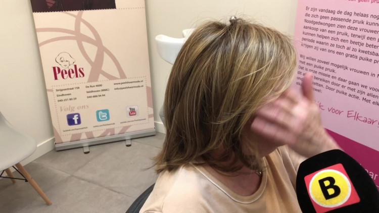 Hanneke die borstkanker heeft krijgt een pruik bij kapper Peels