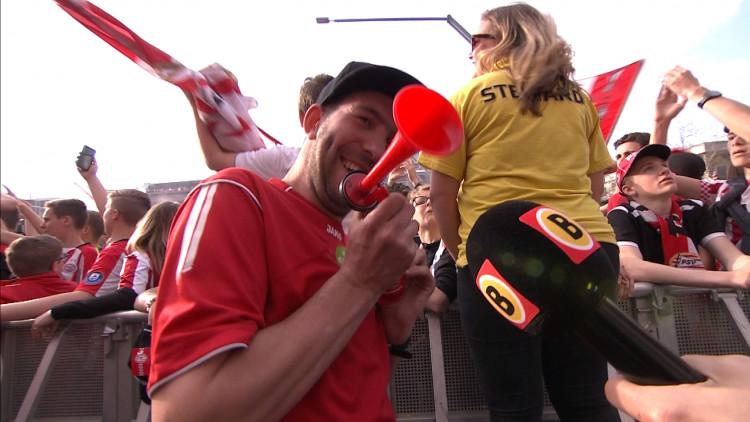 Toet Toet, Toeter Jan is blij tijdens kampioensfeest van PSV