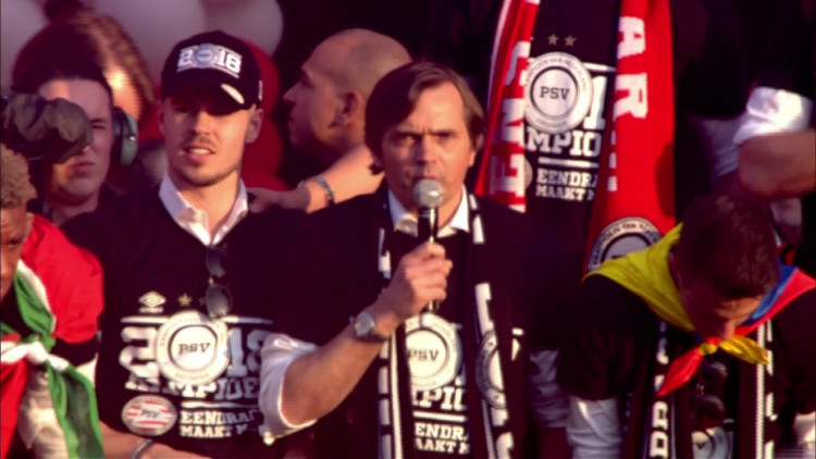 Phillip Cocu spreekt PSV-fans toe tijdens huldiging Stadhuisplein Eindhoven