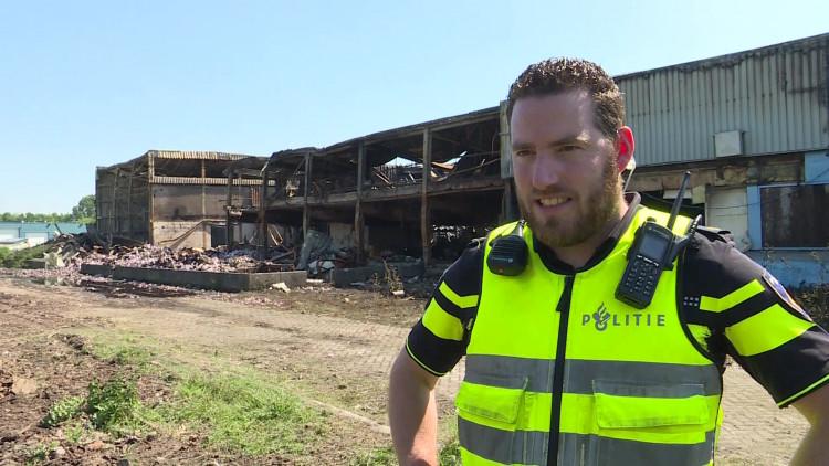 Er liggen ontelbaar veel doosjes sigaretten in de smeulend resten van de sigarettenfabriek in Bergen op Zoom.