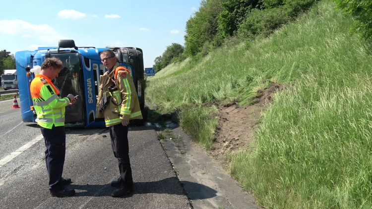 Gekantelde vrachtwagen op A67 zorgt voor files op A67