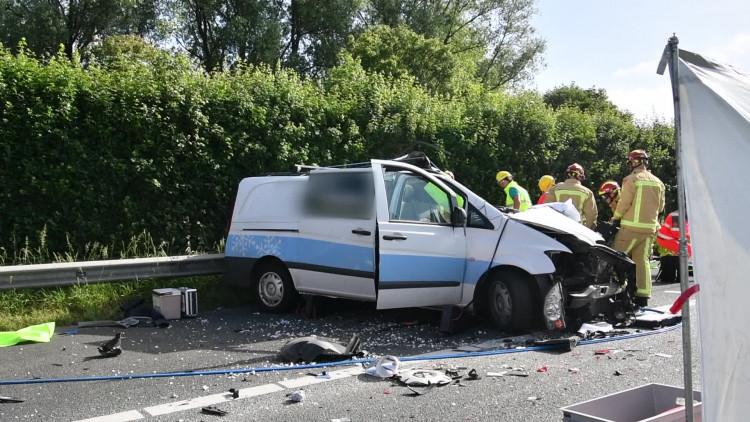 A67 dicht na ongeval met busje