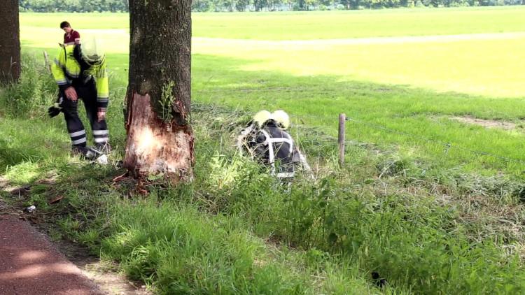 Vrouw botst met auto tegen boom in Wanroij