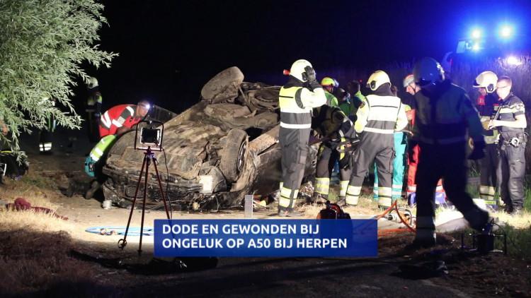 Dode en twee gewonden bij ongeluk waarbij auto van de weg raakt op A50