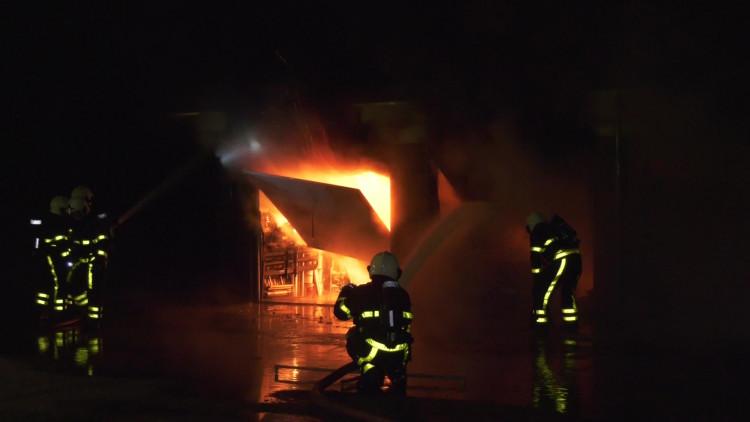 Zeer grote brand in woonwijk Woudrichem onder controle