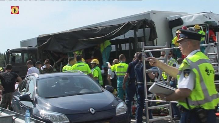Ongeval op de A2 tussen vrachtwagen en legervoertuig